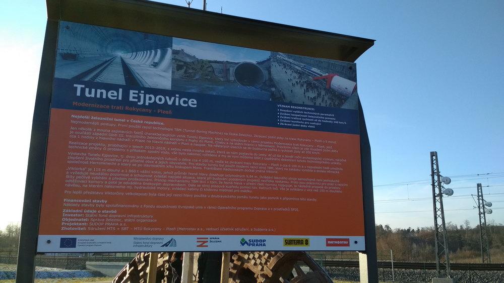 Informační tabule k železničnímu tunelu Ejpovice - Plzeň. U něj je i část původního razícího štítu.